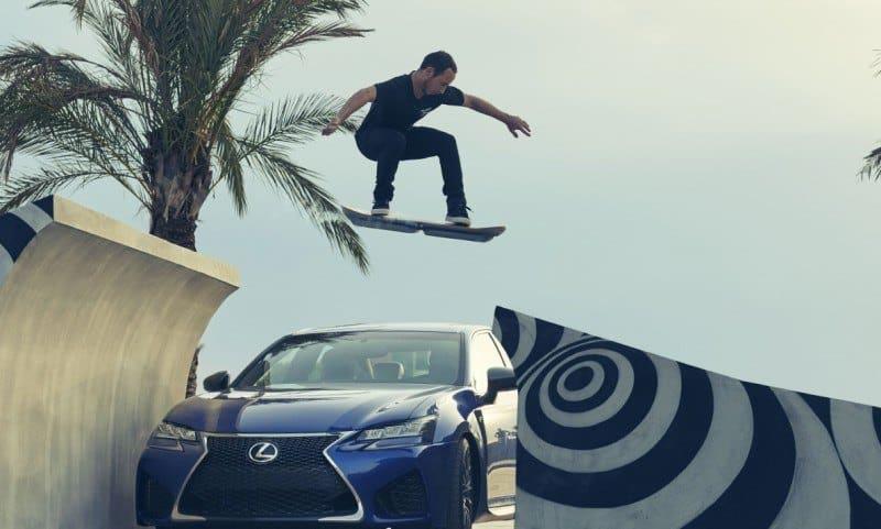 Saltando con el monopatín volador Lexus
